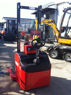 PEDESTRIAN STRADDLE STACKER